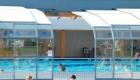 De overkapping van het zwembad kan open en dicht.
